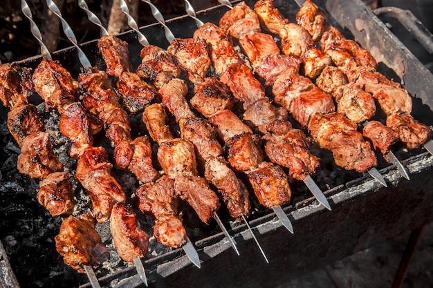 La carne è fritta sulla griglia. messa a fuoco selettiva