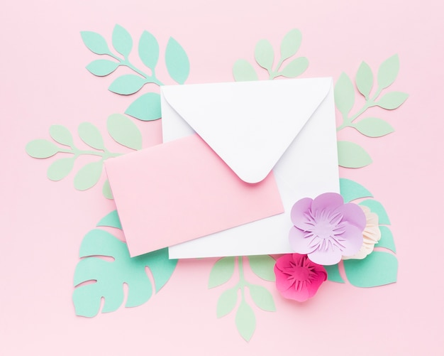 La carta lascia l'ornamento e l'invito di nozze