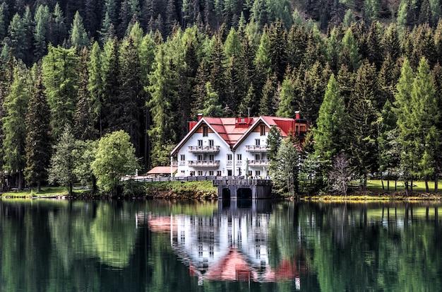 La casa bianca vicino allo specchio d'acqua