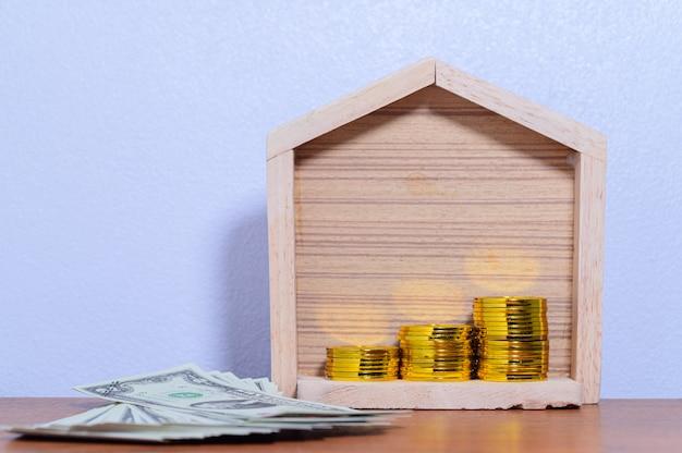 La casa di concetto della scena a terra bianca dei soldi di risparmio di punto della pila dei soldi