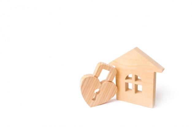 La casa di legno con cuore ha modellato la serratura su una priorità bassa bianca. nido d'amore, relazioni