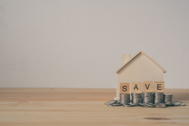 La casa e i medaglioni sul pavimento in legno rappresentano un risparmio per l'uso futuro.