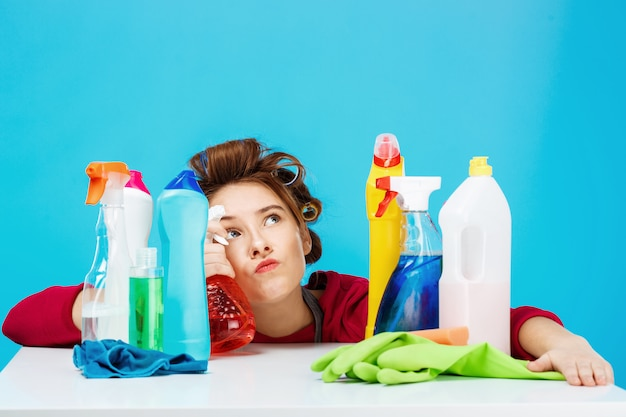 La casalinga sembra stanca e profonda nei pensieri mentre pulisce e lava