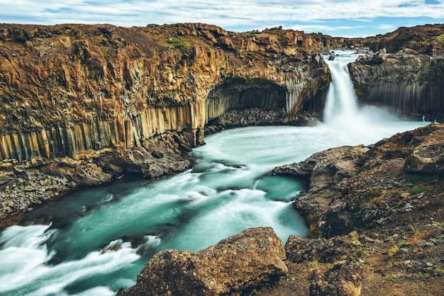 La cascata di aldeyjarfoss nel nord dell'islanda.