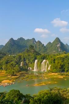 La cascata verde della montagna del puntello pulisce la corsa