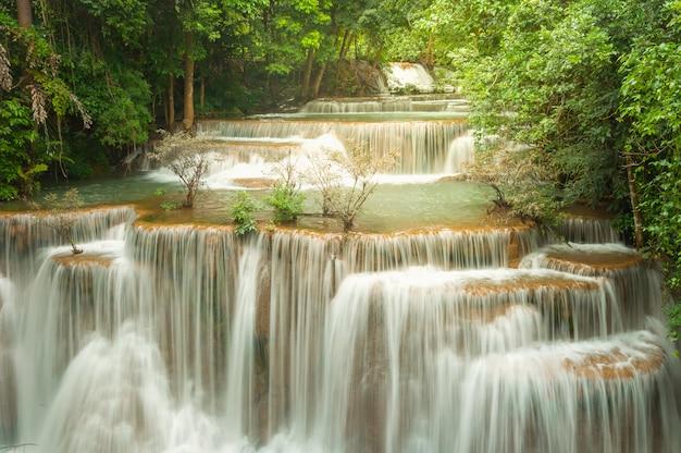 La cascata verde strabiliante alla foresta profonda, la cascata di erawan ha individuato la provincia di kanchanaburi, tailandia