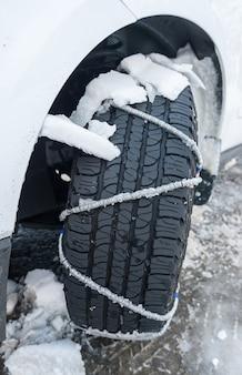 La catena della neve si mette su una ruota di un'auto