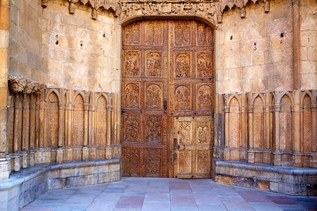 La cattedrale di leon ha scolpito la porta in castiglia spagna
