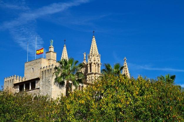 La cattedrale di santa maria di palma e parc del mar maiorca, spagna