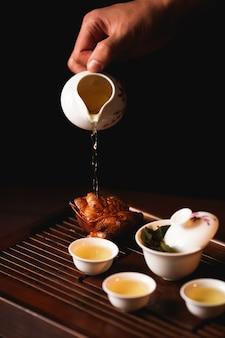 La cerimonia del tè tradizionale cinese viene eseguita dal maestro del tè.