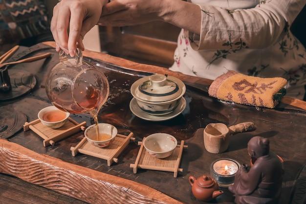 La cerimonia del tè viene eseguita dal maestro