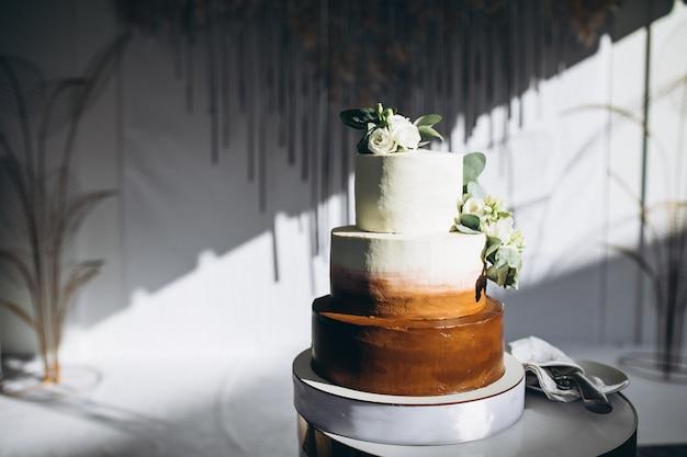 La cerimonia nuziale ha decorato la tabella del dessert in un ristorante