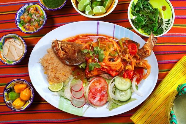 La cernia in stile veracruzana pesca il peperoncino messicano con frutti di mare