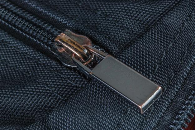 La cerniera chiusa sulla borsa nera