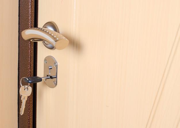 La chiave nel buco della serratura nella porta. avvicinamento