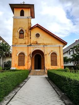 La chiesa cristiana storica gialla investa oltre 100 anni nella provincia di trang, tailandia.