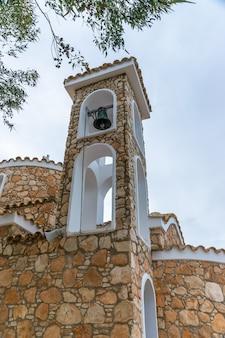 La chiesa del profeta elia si trova sulla cima di una montagna a protaras.