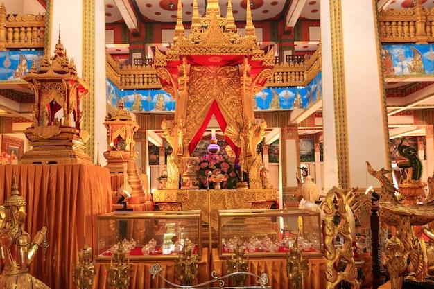 La chiesa ha un bellissimo colore dorato nel tempio di phra mahathat o wat nong wang. khon kaen, tailandia