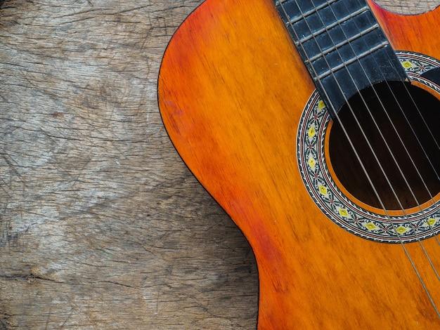 La chitarra sul fondo di legno di struttura amore, concetto di musica giorno.