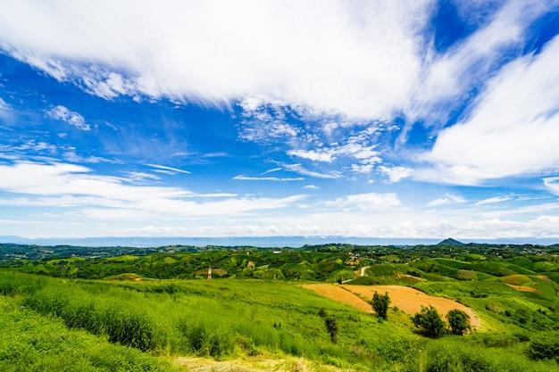 La cima di una montagna panoramica si affaccia sull'ampio campo sottostante.