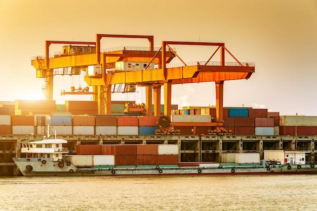 La cina e la nave da carico sul fiume yangtze