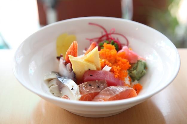 La ciotola di sashimi giapponese della miscela indossa il riso