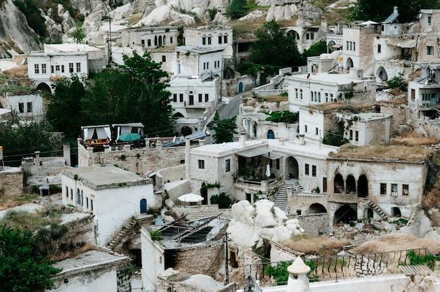 La città antica e un castello di uchisar hanno scavato dalle montagne dopo l'alba, cappadocia, turchia