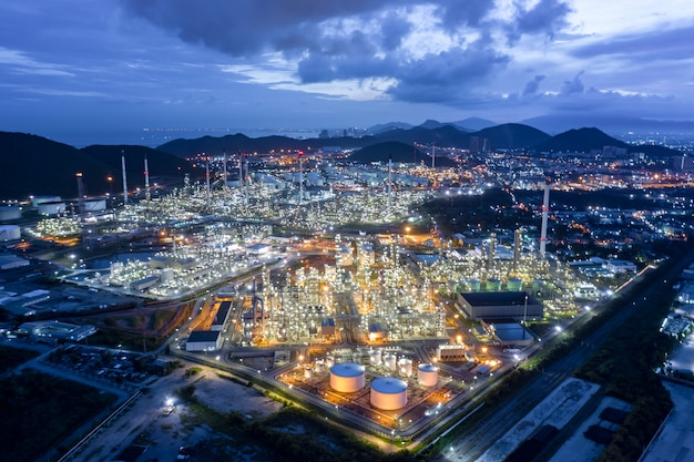 La città crepuscolare e il paesaggio osservano la raffineria di petrolio e gpl in tailandia