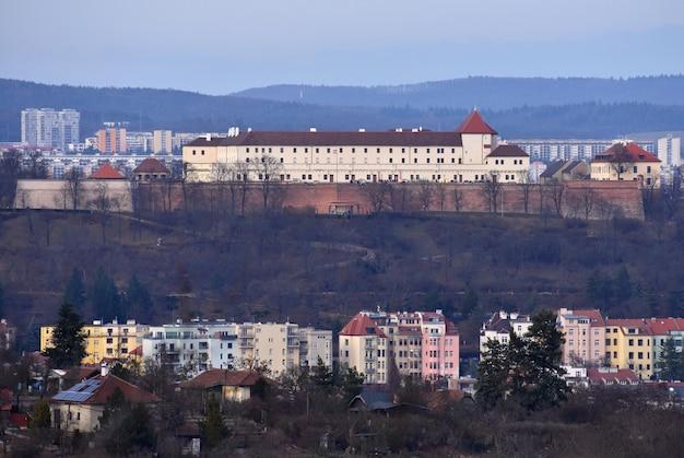 La città di brno, repubblica ceca-europa. vista dall'alto della città con monumenti e tetti.
