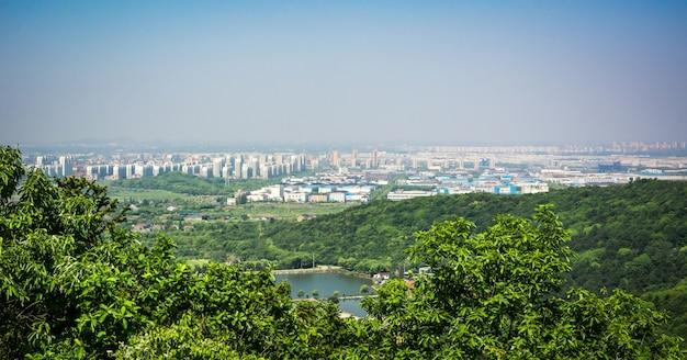La città è vicina alla montagna