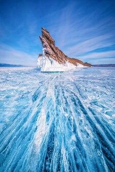 La coda dell'isola di ogoi con ghiaccio di rottura naturale in acqua congelata al lago baikal, siberia, russia.