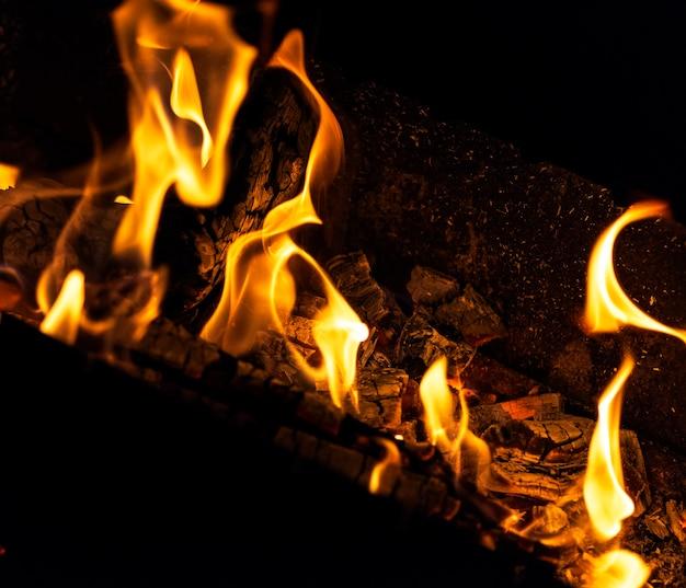 La combustione registra in un incendio di notte