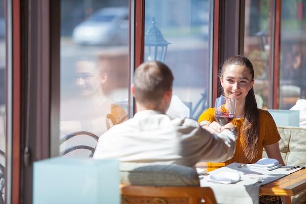 La compagnia di amici celebra l'incontro in un ristorante.