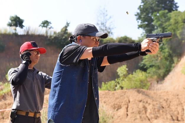 La competizione di tiro al pda con i concorrenti ha un timer e un punteggio in piedi dietro i concorrenti