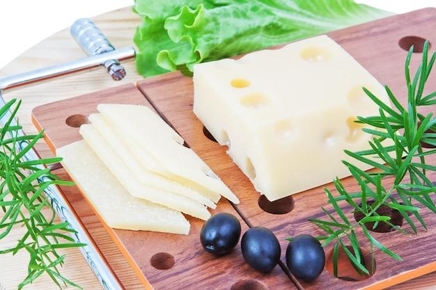 La composizione di formaggio, lattuga e olive.