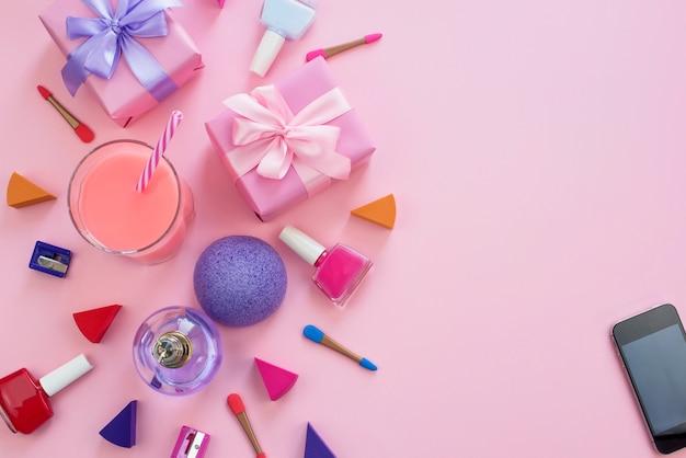 La composizione di un set di accessori da donna, articoli da regalo cosmetici cocktail.