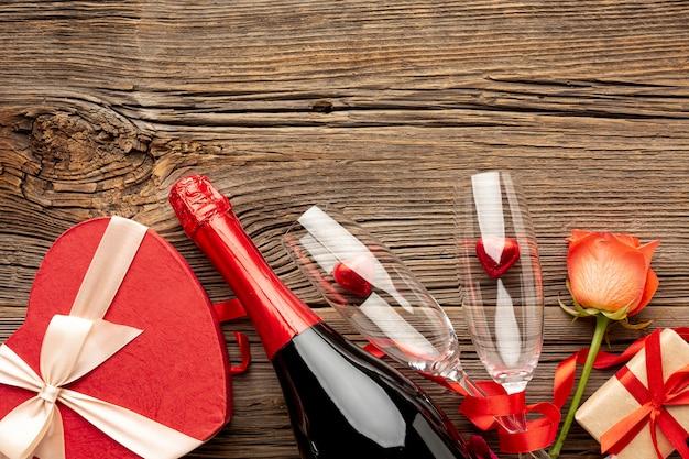 La composizione nel giorno di biglietti di s. valentino con il cuore ha modellato lo spazio del contenitore e della copia di caramella