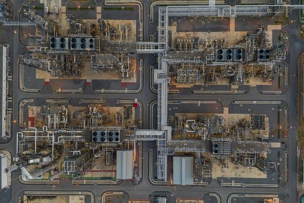 La conduttura aerea di affari dell'industria petrolifera del petrolio dell'olio di raffineria di vista superiore e lo stoccaggio di ringraziamento fanno la zona della fabbrica