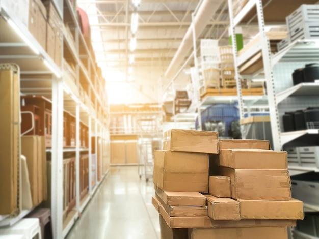 La confezione del prodotto di magazzino immagazzina le merci sugli scaffali