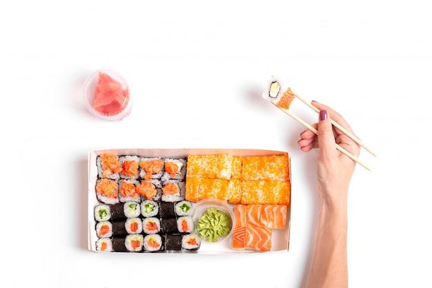 La consegna dei sushi per andare ha fissato il bianco isolato alimento cinese giapponese