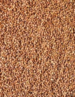 La consistenza del grano saraceno. primo piano crudo del grano saraceno. vista dall'alto