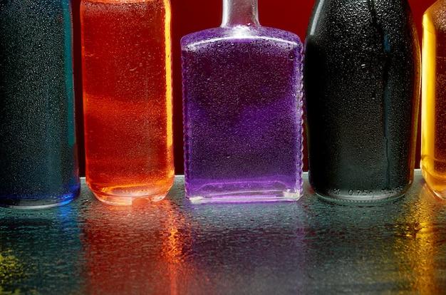 La consistenza delle bevande alcoliche al bicchiere in uno spruzzo di acqua