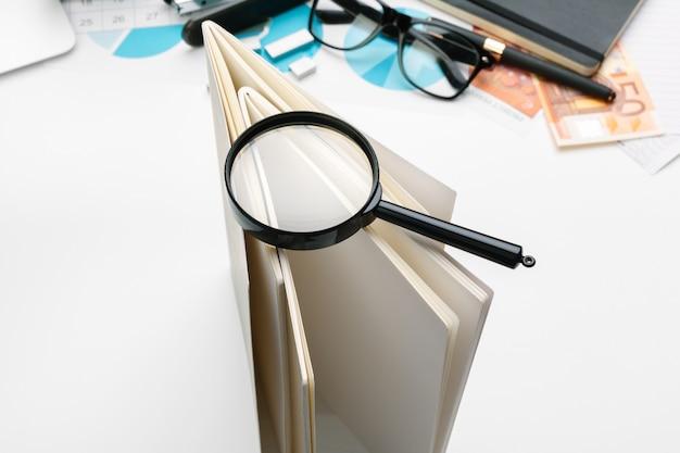 La contabilità finanziaria di affari dell'ufficio da scrivania calcola