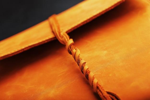 La copertina dell'album è realizzata in vera pelle marrone, elementi fatti a mano di un primo piano di prodotti in pelle.