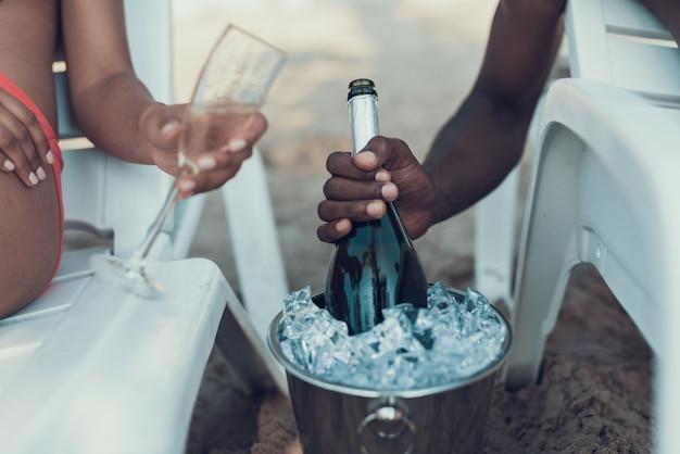 La coppia afroamericana sta riposando e bevendo