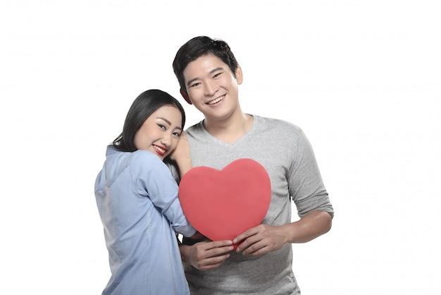 La coppia asiatica celebra il biglietto di s. valentino
