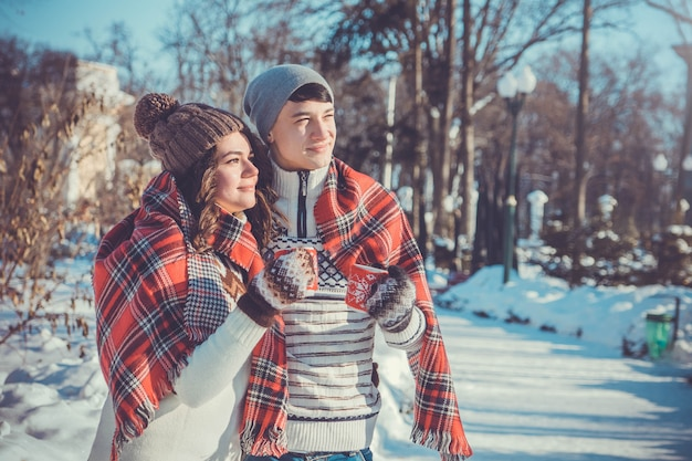 La coppia beve il tè caldo a winter park