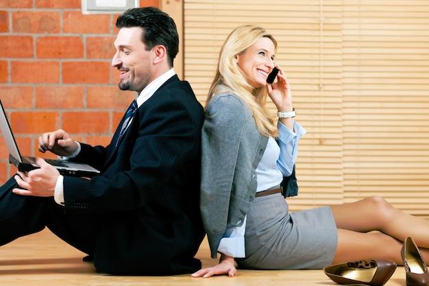La coppia di affari sta lavorando a casa