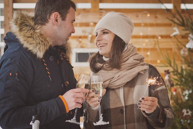 La coppia in amore festeggia il nuovo anno sulla veranda della strada