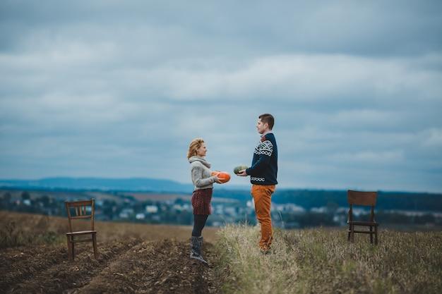 La coppia in amore mantenendo meloni e in piedi sul campo